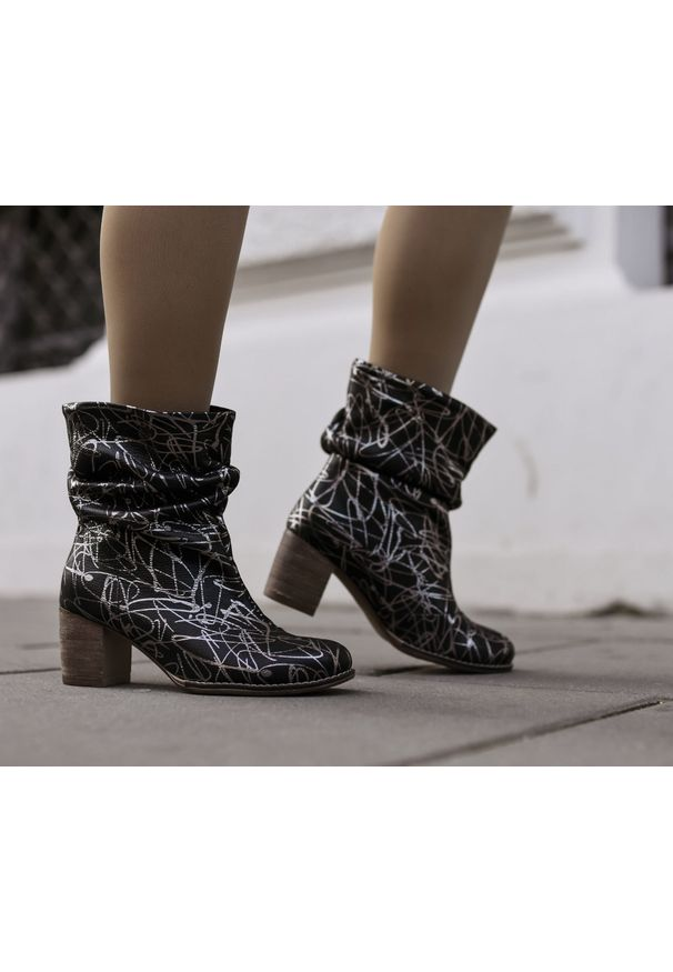 Srebrne botki Zapato w kolorowe wzory, do pracy