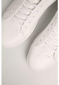 Białe sneakersy Calvin Klein z cholewką, na sznurówki, z okrągłym noskiem