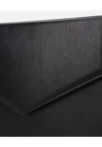 AMINA MUADDI - Czarna kopertówka Amini Johana. Kolor: czarny. Materiał: z tłoczeniem