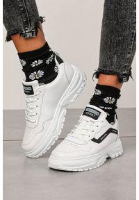Białe buty sportowe Casu na wiosnę, z cholewką