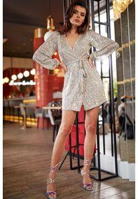 e-margeritka - Sukienka cekinowa kopertowa beżowa - xl. Okazja: na sylwestra, na imprezę, na karnawał. Kolor: beżowy. Materiał: poliester, elastan. Typ sukienki: kopertowe. Długość: mini