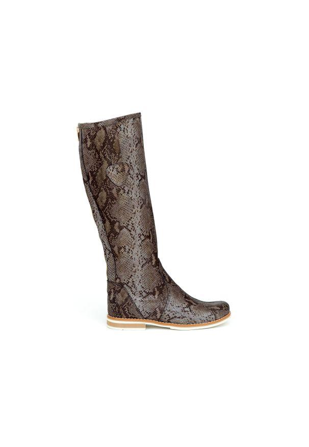 Zapato - kozaki - skóra naturalna - model 127 - kolor wąż. Wysokość cholewki: przed kolano. Nosek buta: okrągły. Zapięcie: zamek. Materiał: skóra. Szerokość cholewki: normalna. Wzór: moro, aplikacja. Sezon: lato, jesień, wiosna, zima. Styl: sportowy, klasyczny, militarny