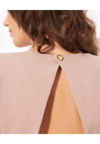 Elisabetta Franchi - ELISABETTA FRANCHI - Jasnoróżowa sukienka midi. Typ kołnierza: dekolt na plecach. Kolor: różowy, wielokolorowy, fioletowy. Wzór: aplikacja. Długość: midi