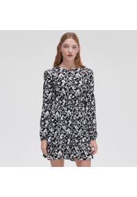 Cropp - Sukienka w kwiaty - Czarny. Kolor: czarny. Wzór: kwiaty #1