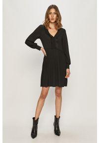 Jacqueline de Yong - Sukienka. Kolor: czarny. Materiał: tkanina. Długość rękawa: długi rękaw. Typ sukienki: plisowane, rozkloszowane