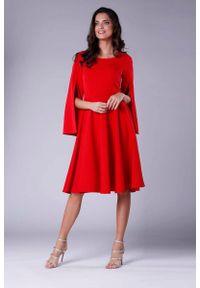 Nommo - Czerwona Sukienka Midi z Wirującym Dołem i Rozciętym Rękawem. Kolor: czerwony. Materiał: wiskoza, poliester. Długość: midi