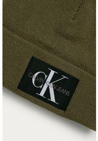 Oliwkowa czapka Calvin Klein Jeans z aplikacjami
