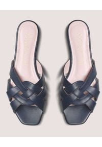 PRETTY BALLERINAS - Czarne klapki plecione. Okazja: na co dzień. Kolor: czarny. Materiał: guma. Wzór: paski. Sezon: lato. Styl: casual