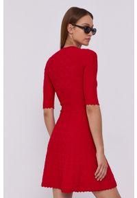 Love Moschino - Sukienka. Kolor: czerwony. Materiał: dzianina. Długość rękawa: krótki rękaw. Wzór: gładki. Typ sukienki: rozkloszowane