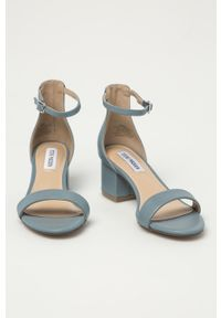 Niebieskie sandały Steve Madden na średnim obcasie, na obcasie, na klamry