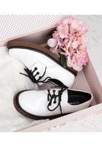 Białe półbuty FOREVERFOLIE w kolorowe wzory, na co dzień, klasyczne