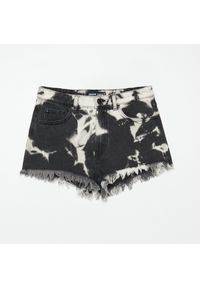 Cropp - Jeansowe szorty z efektem tie dye - Czarny. Kolor: czarny. Materiał: jeans