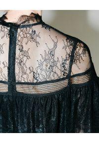 SELF PORTRAIT - Koronkowa sukienka z krepy. Typ kołnierza: kołnierz z falbankami. Kolor: czarny. Materiał: koronka. Wzór: koronka. Długość: mini