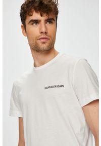 Biały t-shirt Calvin Klein Jeans na co dzień, casualowy, z nadrukiem