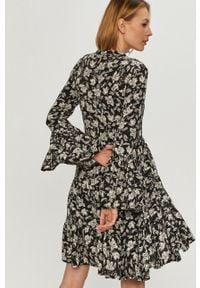 Czarna sukienka Answear Lab mini, rozkloszowana, wakacyjna