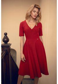 Figl - Rozkloszowana sukienka midi z dekoltem V bordowa. Okazja: do pracy, na imprezę. Kolor: czerwony. Długość: midi