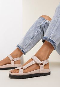Renee - Beżowe Sandały Crethistae. Okazja: na co dzień. Nosek buta: okrągły. Zapięcie: rzepy. Kolor: beżowy. Materiał: jeans, skóra. Obcas: na płaskiej podeszwie. Styl: casual