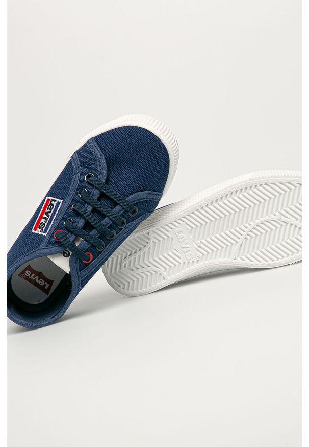 Niebieskie trampki Levi's® w kolorowe wzory, na spotkanie biznesowe