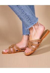 MYSTIQUE SHOES - Brązowe klapki Florence. Kolor: brązowy. Materiał: jeans. Wzór: aplikacja. Styl: klasyczny