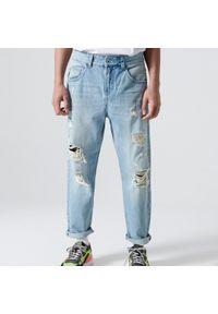 Cropp - Jeansy loose fit z dziurami - Niebieski. Kolor: niebieski