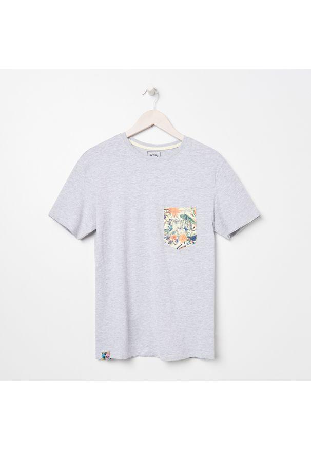 Sinsay - Koszulka z kieszonką - Jasny szary. Kolor: szary