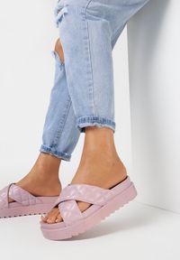 Born2be - Liliowe Klapki Dananassa. Nosek buta: okrągły. Kolor: fioletowy. Materiał: guma. Wzór: paski, aplikacja. Obcas: na platformie