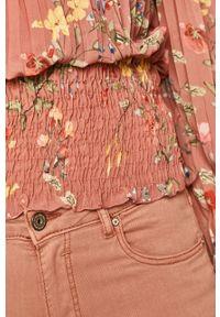 Różowa bluzka medicine z dekoltem typu hiszpanka, w kwiaty