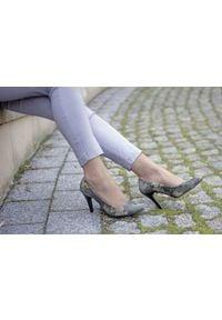 Zapato - szpilki - skóra naturalna - model 035 - kolor moro. Okazja: do domu. Materiał: skóra. Wzór: moro. Sezon: lato. Obcas: na szpilce. Styl: wizytowy, klasyczny, elegancki. Wysokość obcasa: średni