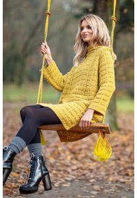 Żółta sukienka dzianinowa Fobya mini, z golfem