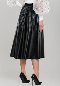 Renee - Czarna Spódnica Isadora. Okazja: na co dzień. Kolor: czarny. Materiał: skóra ekologiczna. Styl: klasyczny, casual