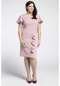 Nommo - Jasnoróżowa Elegancka Sukienka ze Zwiewnym Rękawem PLUS SIZE. Kolekcja: plus size. Kolor: różowy. Materiał: wiskoza, poliester. Typ sukienki: dla puszystych. Styl: elegancki