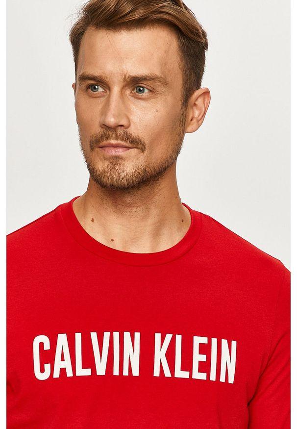 Czerwony t-shirt Calvin Klein Performance z nadrukiem, na co dzień, z okrągłym kołnierzem
