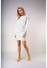 Nommo - Wzorzysta Mini Sukienka z Falbanami na Ramionach - Kolorowe Plamki. Materiał: wiskoza, poliester. Wzór: kolorowy. Długość: mini