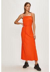 Calvin Klein - Sukienka. Okazja: na co dzień. Kolor: pomarańczowy. Długość rękawa: na ramiączkach. Typ sukienki: proste. Styl: casual