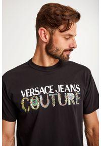 Versace Jeans Couture - T-SHIRT VERSACE JEANS COUTURE. Materiał: bawełna, tkanina. Długość rękawa: krótki rękaw. Długość: krótkie. Wzór: napisy, kolorowy