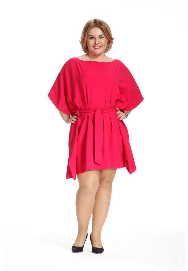 Moda Size Plus Iwanek - Kimonowa amarantowa wiązana sukienka motyl PLUS SIZE. Kolekcja: plus size. Kolor: różowy. Materiał: materiał, tkanina, poliester, elastan. Sezon: wiosna, lato. Typ sukienki: dla puszystych