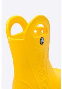 Żółte kalosze Crocs z okrągłym noskiem