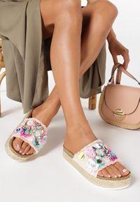 Born2be - Różowe Klapki Aquanna. Nosek buta: otwarty. Kolor: różowy. Materiał: materiał. Wzór: kwiaty, aplikacja. Obcas: na platformie