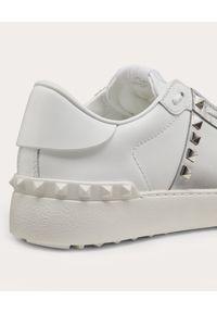 VALENTINO - Białe snakersy Rockstud Untitled. Zapięcie: pasek. Kolor: biały. Materiał: guma. Wzór: aplikacja