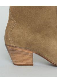 ISABEL MARANT - Botki zamszowe Dacken. Okazja: na co dzień. Nosek buta: okrągły. Kolor: zielony. Materiał: zamsz. Szerokość cholewki: szeroka. Obcas: na obcasie. Styl: boho, casual. Wysokość obcasa: średni