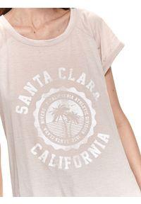 TOP SECRET - T-shirt z nadrukiem. Kolor: szary. Materiał: tkanina. Długość rękawa: krótki rękaw. Długość: krótkie. Wzór: nadruk. Sezon: lato. Styl: wakacyjny