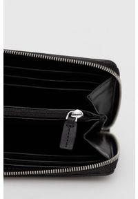 Calvin Klein Jeans - Portfel. Kolor: czarny. Materiał: materiał. Wzór: gładki