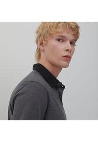 Reserved - Bawełniana koszulka polo - Szary. Typ kołnierza: polo. Kolor: szary. Materiał: bawełna