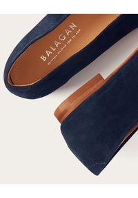 BALAGAN - Granatowe baleriny Opera ze skóry zamszowej. Kolor: niebieski. Materiał: zamsz, skóra. Obcas: na obcasie. Styl: klasyczny. Wysokość obcasa: średni