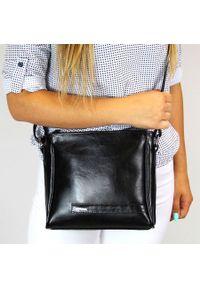 Czarna torebka DAN-A elegancka, w kolorowe wzory