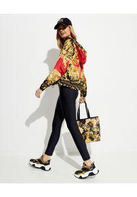 Versace Jeans Couture - VERSACE JEANS COUTURE - Kurtka z kapturem. Typ kołnierza: kaptur. Kolor: czarny. Długość rękawa: długi rękaw. Długość: długie. Wzór: nadruk