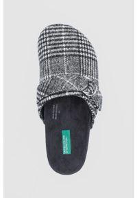 United Colors of Benetton - Kapcie. Nosek buta: okrągły. Kolor: szary. Materiał: materiał