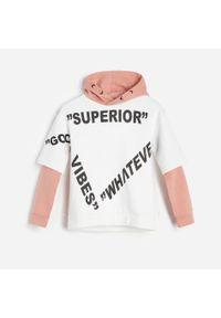 Reserved - Gruba bluza z kapturem - Biały. Typ kołnierza: kaptur. Kolor: biały