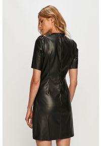 Noisy may - Noisy May - Sukienka. Kolor: czarny. Materiał: tkanina. Długość rękawa: krótki rękaw. Wzór: gładki. Typ sukienki: rozkloszowane