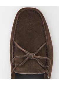 TOD'S - Brązowe mokasyny Gommino Driving. Kolor: brązowy. Materiał: jeans, zamsz, len, guma. Wzór: aplikacja #4